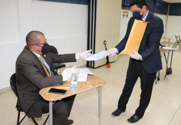 Comisión Evaluadora verifica expedientes de los concursos para Subdirectores